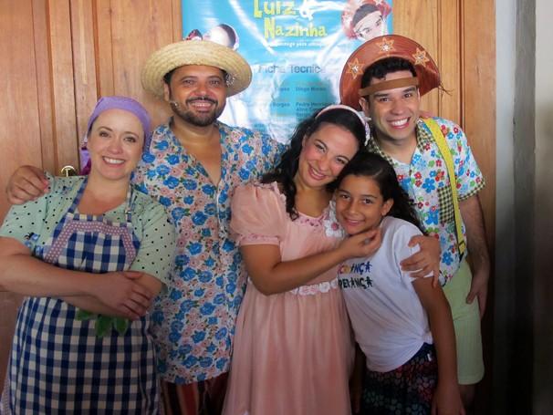 Júlia Corrêa, aluna do Projeto Grael, faz pose com o elenco da peça Luiz & Nazinha (Foto: Globo)
