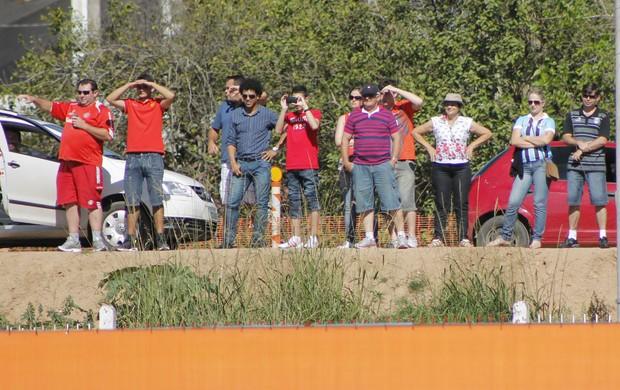 Gremista acompanha treino do Inter (Foto: Diego Guichard/GLOBOESPORTE.COM)