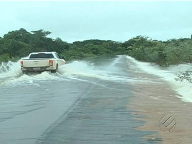 Carro vira na estrada com a força da água e motorista morre, no sul do Pará (Foto: Reprodução/TV Liberal)