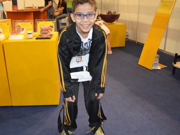 Rodrigo Junior, de 10 anos, experimentou o peso da velhice na reunião da SBPC (Foto: Stefhanie Piovezan/G1)