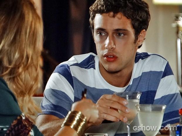 Leto fica mexido depois de ouvir a ideia da mãe (Foto: Em Família/ TV Globo)