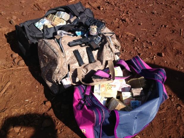 Cerca de R$ 1,5 milhão foram apreendidos pela Polícia Federal (Foto: André Godinho/ TV Tem Bauru)