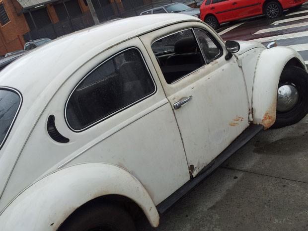 Fusca utilizado durante o roubo em uma padaria em Campinas (Foto: Plácido Berci/ G1)