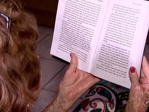 Emília conta que desde quando era pequena gostava de escrever (Foto: Reprodução/TV TEM)