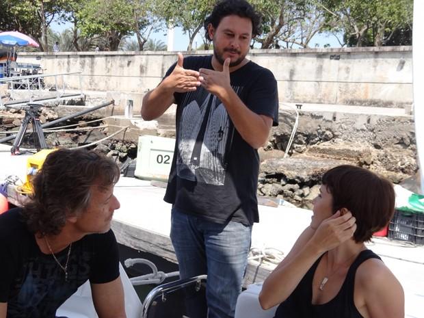 O diretor Gustavo fernandes conversa com os atores em um intervalo de cena. Por que sera que Nina esta com max? Fique ligado nas emocoes de avenida brasil! (Foto: Avenida Brasil / TV Globo)