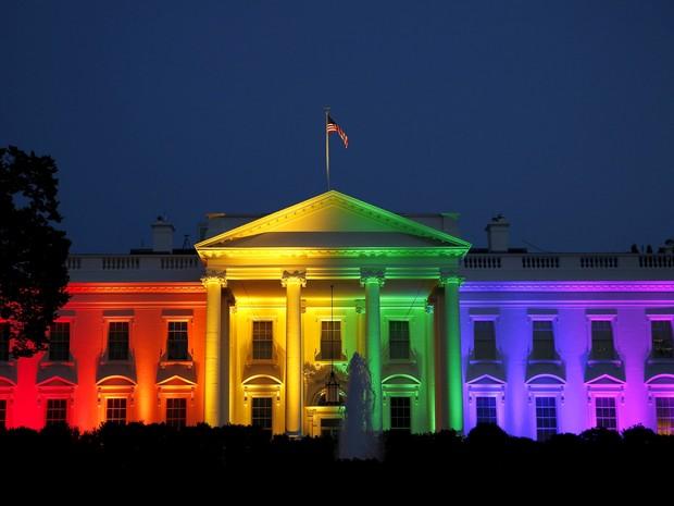 Casa Branca é iluminada para celebrar legalização do casamento gay (Foto: REUTERS/Gary Cameron)