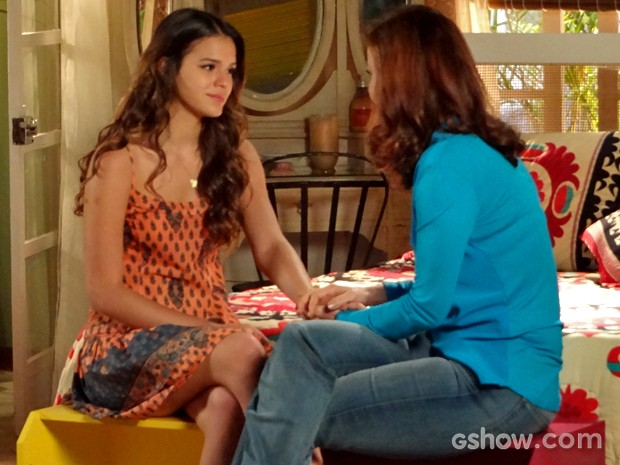 Luiza se emociona com a proposta da mãe (Foto: Em Família/ TV Globo)