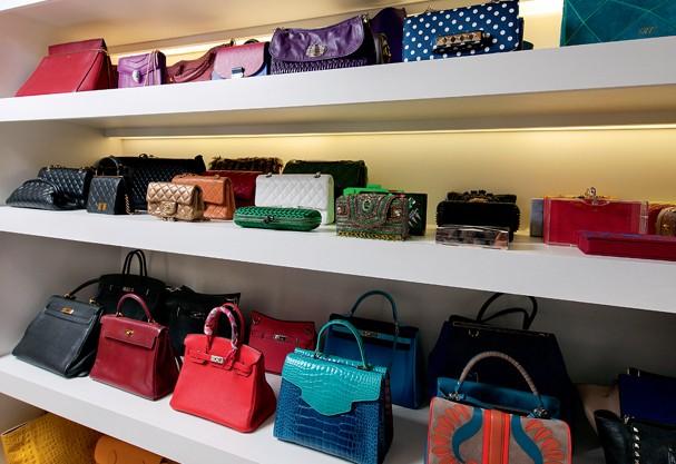 """""""A prateleira de bolsas é um dos meus cantos preferidos do closet"""" (Foto: Rômulo Fialdini)"""