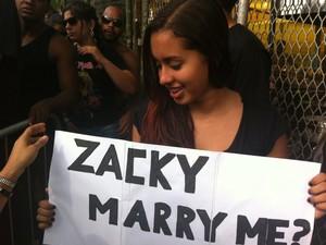Cartaz com pedido de casamento a Zacky, do Avenge Sevenfold (Foto: Tássia Thum/G1)