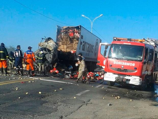 Acidente deixa mortos na BR-116 Sul, em Feira de Santana (Foto: Shirley Evelin / Blog Marcos Frahm)