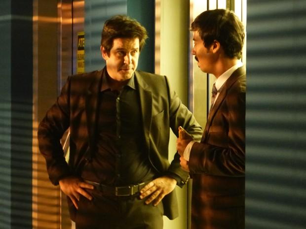 Jonas esteve escondido este tempo todo no elevador e sai de lá com a ajuda de Murphy (Foto: Geração Brasil/TV Globo)