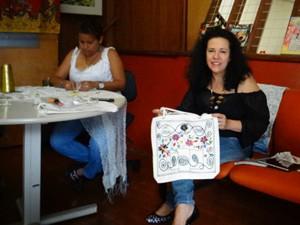 Nella Paredes (esquerda) e Silvana Mondelli se conheceram na oficina de bordado (Foto: Regina Santomauro / G1 Campinas)