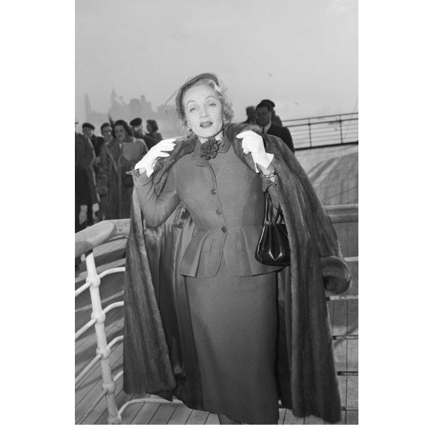 Marlene Dietrich wearing a day suit by Christian Dior onboard the Queen Elizabeth arriving in New York, 21 December 1950 (Foto: GETTY)