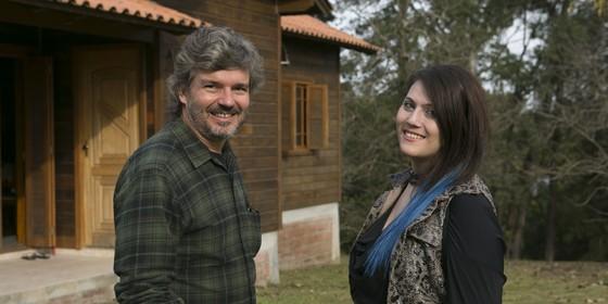 No primeiro episódio da série, a transexual Amanda conta ao diretor do programa, João Jardim, sua história (Foto: Divulgação)