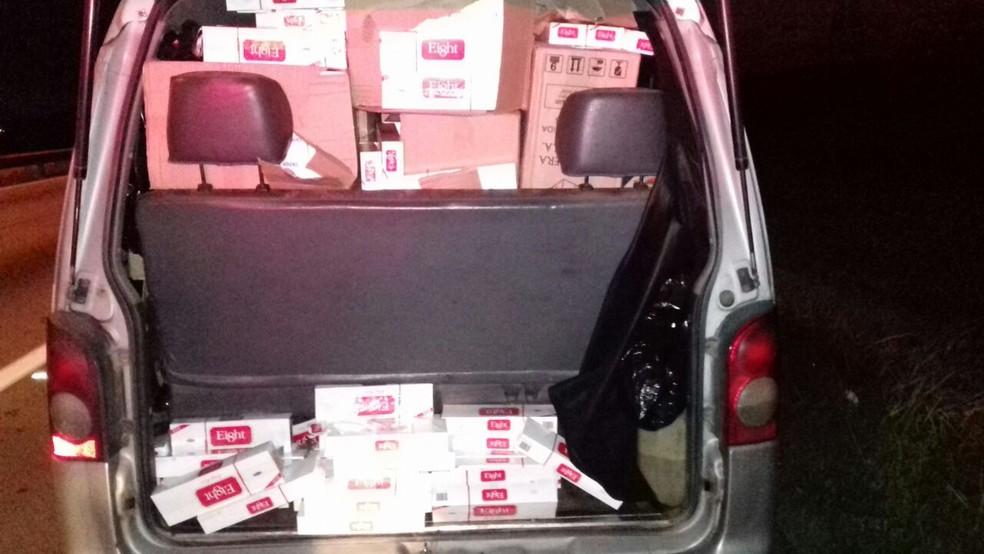 Carga estava sendo transportada em van escolar (Foto: Divulgação/PRF)