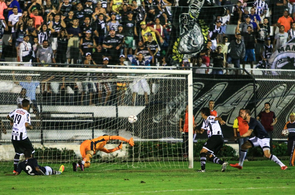 Leandro Kível faza o gol da viória aos 13 do segundo tempo (Foto: Ailton Cruz / Gazeta de Alagoas)