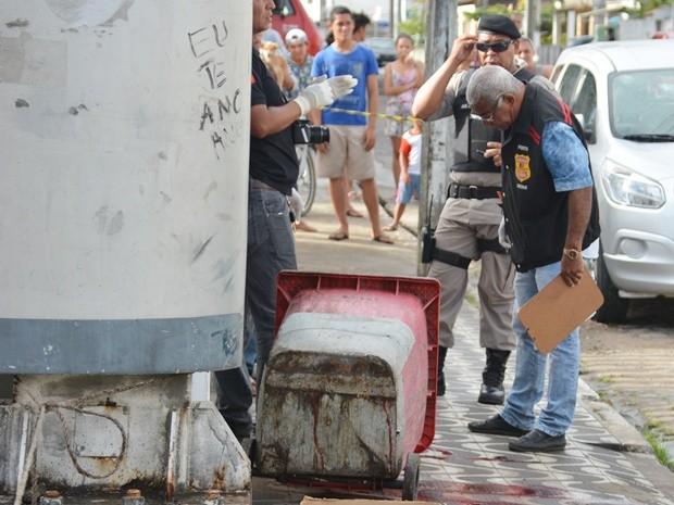 Peritos do IPC realizaram perícia no corpo da mulher, no início da manhã, em João Pessoa (Foto: Walter Paparazzo/G1)