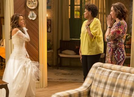 Tancinha prova vestido de noiva
