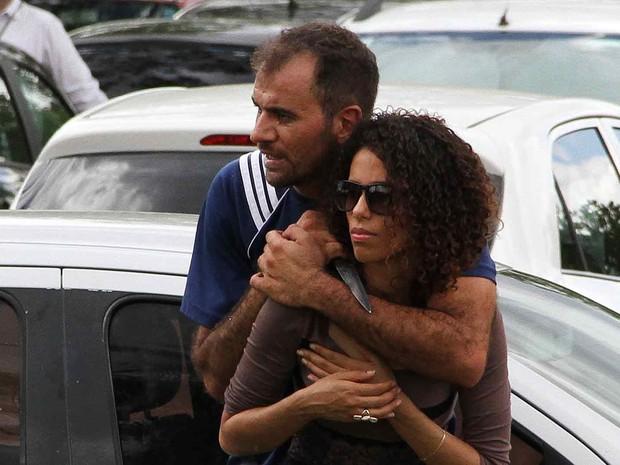 Refém é ameaçada com faca no pescoço por sequestrador (Foto: Vianey Bentes/TV Globo)