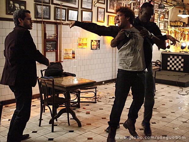 O segurança aparece e carrega Fabinho dali. Que baixaria... (Foto: Sangue Bom/TV Globo)