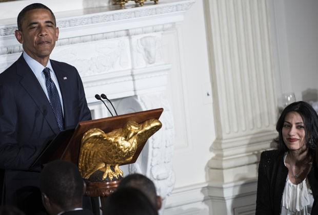 Huma Abedin escuta discurso de Obama nesta sexta-feira (10) (Foto: Brendan Smialowski/AFP)