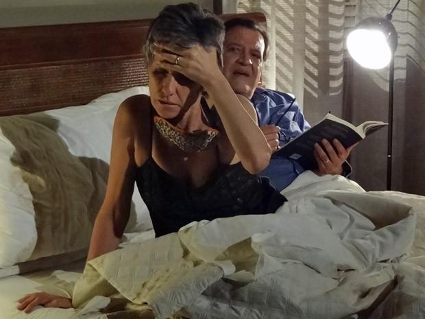 Melissa acorda perturbada, e Dimas é irônico (Foto: Amor Eterno Amor / TV Globo)