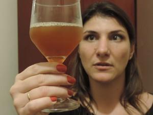 Cerveja feita por Carolina e o noivo tem diferentes sabores e teores alcoólicos (Foto: Carlos Dias/G1)