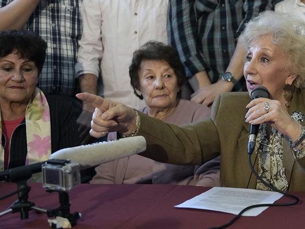 A presidente da organização Avós da Praça de Maio, Estela de Carlotto, fala durante entrevista coletiva, na segunda (31), qual anunciou a descoberta de mais uma neta desaparecida, uma mulher de 37 anos cuja identidade não foi divulgada (Foto: AFP Photo/Juan Mabromata)