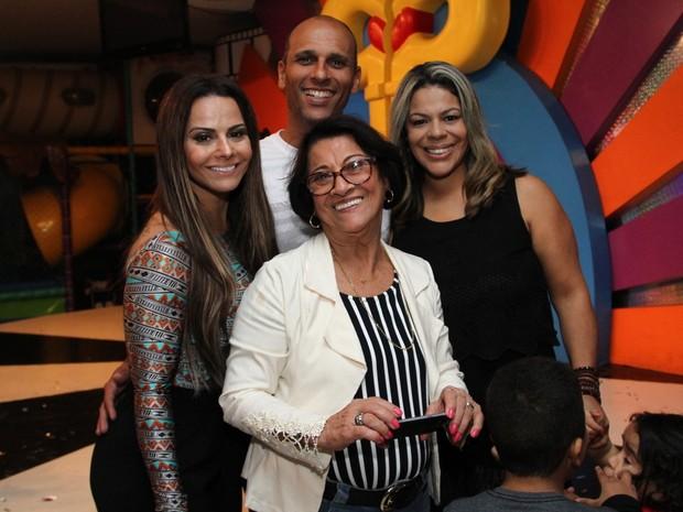 Viviane Araújo com o noivo, Radamés, a mãe, Neusa, e o irmão, Rodrigo, em festa na Zona Oeste do Rio (Foto: Anderson Borde/ Ag. News)