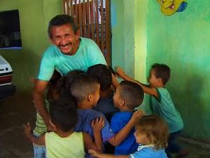 Seu sebastião e as crianças (Foto: Caldeirão do Huck/TV Globo)