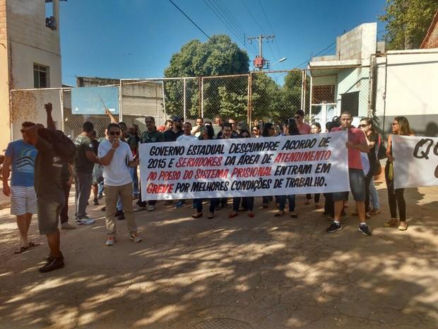 Agentes socioeducativos se reuniram em frente ao Presídio Alvorada, em Montes Claros (Foto: Carlos Henrique Pires/ Arquivo Pessoal)