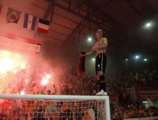 Rodrigo vai para a galera após a conquista do título (Foto: Flávio Dilascio/SporTV.com)
