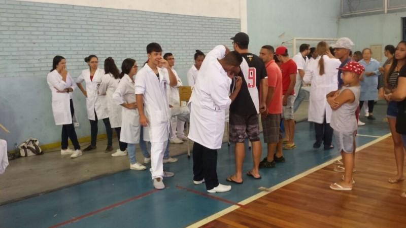 Milhares de pessoas procuraram o ginásio para a vacinação (Foto: Patrícia Scalzer/ CBN Vitória)