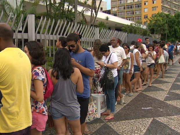 Grande fila se formou no início das manhã deste sábado, na bilheteria do TCA (Foto: Reprodução/TV Bahia)