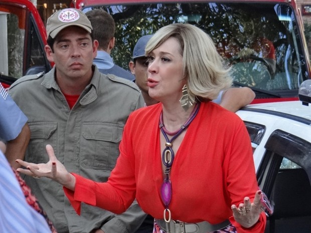 Samantha tenta convencer a família de Laura de sua 'premonição' (Foto: Gshow)