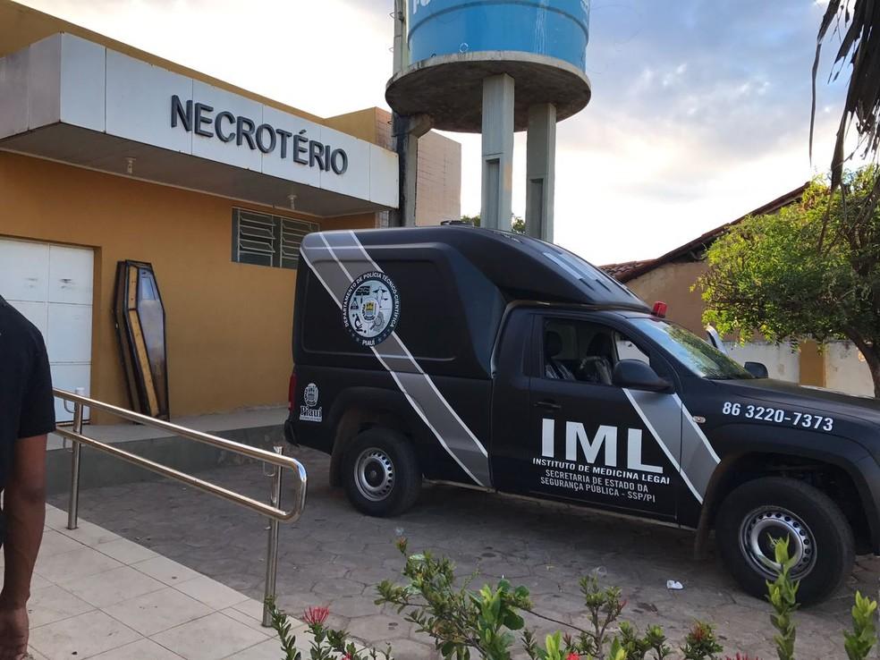 Cinco corpos foram encaminhados para o IML de Teresina (Foto: Neyara Pinheiro)