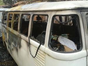 Um dos carros danificados pelo fogo (Foto: Divulgação / Polícia Militar)