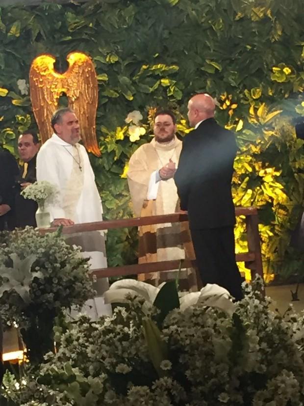 Carlos Marques aguarda Gretchen no altar (Foto: EGO)