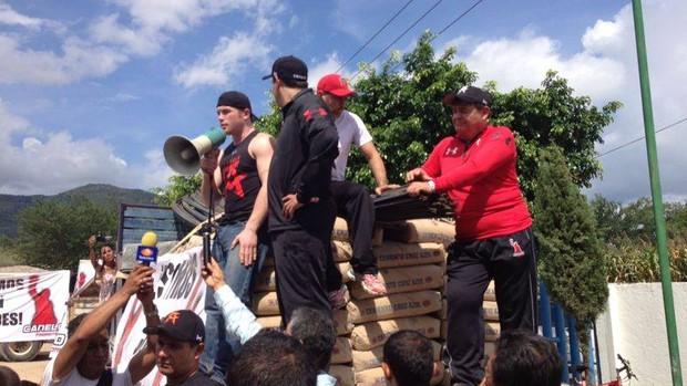 Canelo conversa com os moradores da cidade e distrubui ajuda (Foto: Reprodução/Facebook)