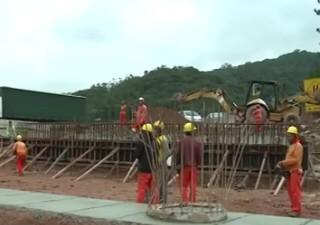 Trabalhadores já trabalham na duplicação de outros trechos da pista (Foto: Reprodução/TV Tribuna)