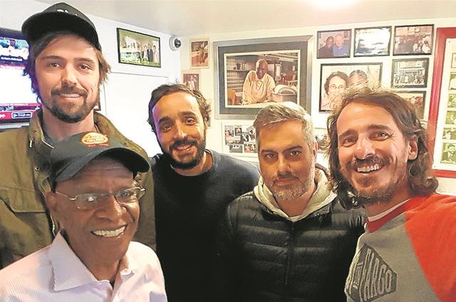 André Fran, Felipe UFO, Michel Coeli e Rodrigo Cebrian com Mr. Brown (Foto: Arquivo pessoal)
