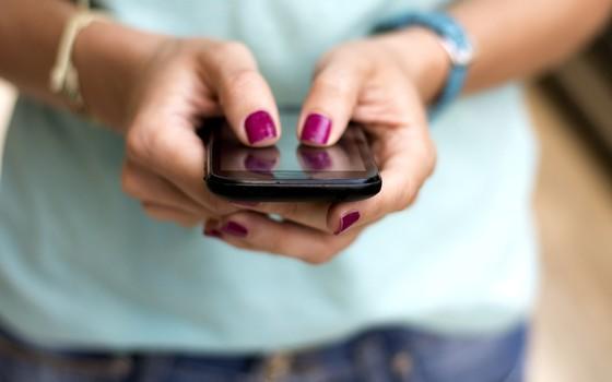 Uma pessoa navega pelo celular. A democracia pode desfilar pela timeline da conta na rede social (Foto: Thinkstock)