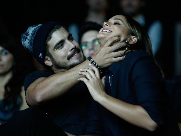 Caio Castro brinca com Bruna Marquezine durante a exibição do clipe de imprensa (Foto: Raphael Dias/Gshow)