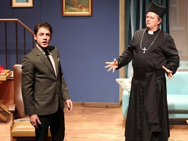 Leonardo Miggiorin dá vida à dois irmãos gêmeos em 'La Mamma' (Foto: Vitor Lemini)