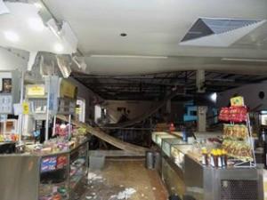 Explosão em caixas eletrônicos também danificou restaurante (Foto: Diego Oliveira/ Cenário MS)