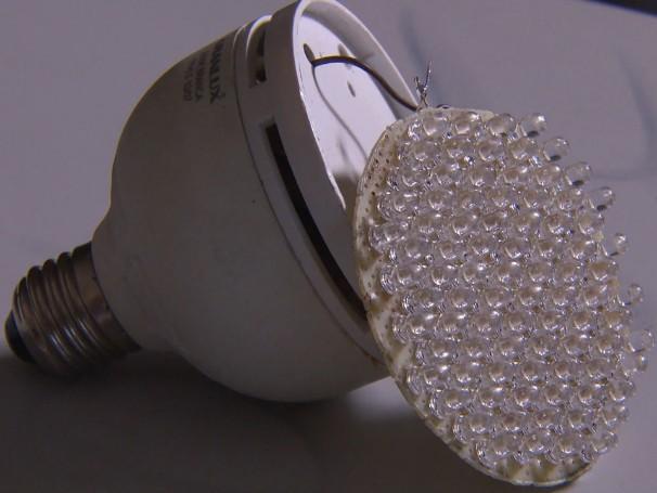 Usando carcaças de lâmpadas e pequenos LEDs, estudantes do Recife estão construindo lâmpadas mais resistentes, econômicas e sustentáveis (Foto: Globo)