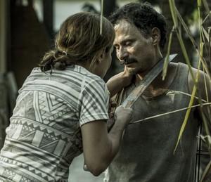 Fátima ameaça Douglas com facão (Foto: Ellen Soares/Gshow)