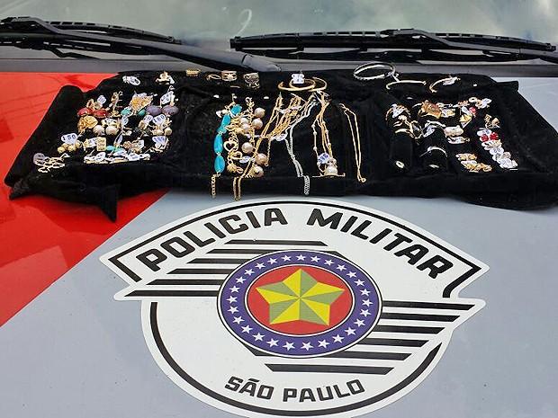 Joias foram apreendidas ainda dentro do mostruário (Foto: Polícia Militar/Cedida)