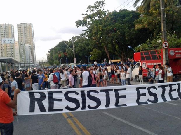 Ato foi convocado pelo Direitos Urbanos e Movimento Ocupe Estelita, dois dos grupos contrários ao projeto imobiliário no Estelita (Foto: Vitor Tavares/G1)