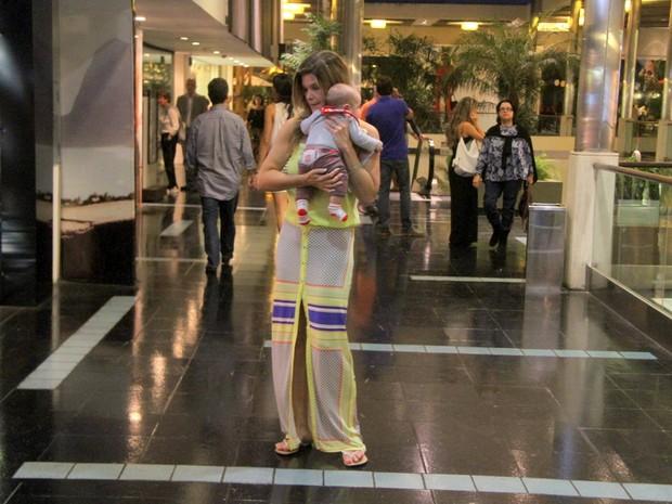 Cristiana Oliveira com o neto (Foto: Daniel Delmiro/ Ag. News)